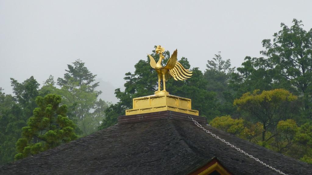 Rzeźba feniksa na dachu Złotego Pawilonu w Kioto